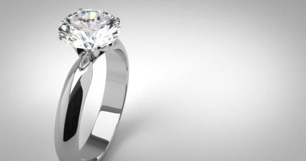 Prsten diamant solitér na šedém pozadí