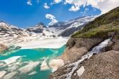 Schmelzende Gletschereis aufgrund der globalen Erwärmung in den Bergen - Klimawandel