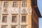 Fotografie Detailní záběr Staré domu s plastikami v staré Evropské město, Pisa, Itálie