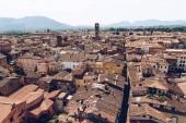 Letecký pohled na staré střechy starého města, Pisa, Itálie