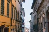 Fotografie Městská scéna s krásných budov a úzkou ulicí, Toskánsko, Itálie