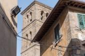 Městská scéna s historickou architekturou Toskánska a jasně modré obloze, Itálie