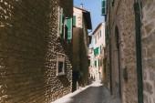 Městská scéna s úzkou ulicí a architektura Toskánsko, Itálie
