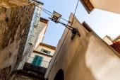 Fotografia vista inferiore di chiaro cielo blu ed edifici in Toscana, Italia