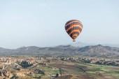 Photo colorful hot air balloon flying above goreme national park, cappadocia, turkey