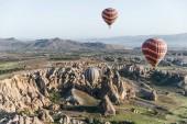 Photo hot air balloons flying above majestic goreme national park, cappadocia, turkey