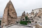 krásné budovy a malebné skalní útvary v Kappadokie, Turecko