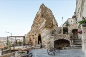 Photo entrance to cave in bizarre rock and beautiful architecture, cappadocia, turkey