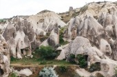 Photo beautiful landscape with famous caves and rock formations in goreme national park, cappadocia, turkey