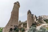 nízký úhel pohledu bizarní skalní útvary v Kappadokie, Turecko