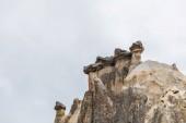 krásné skalní útvary proti zatažené obloze v Kappadokie, Turecko