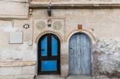 dvě dřevěné dveře v tradiční staré budově, Kappadokie, Turecko