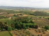 Letecký pohled na polích a v horách v provincii arezzo, Itálie