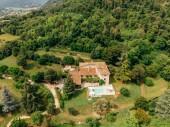 Fotografie Luftaufnahme des Paares ausruhen am Pool in der Nähe von Villa in Italien