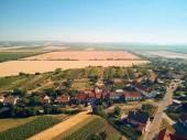 A légi felvétel a táj, a házak, tetők és mezők, Cseh Köztársaság