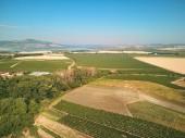 Letecký pohled na zemědělských polí proti modré obloze, Česká republika
