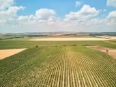 Letecký pohled na pole a modrá obloha s mraky, Česká republika