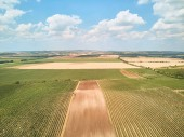 Letecký pohled na krajinu s poli a modrá obloha s mraky, Česká republika