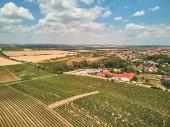 A légi felvétel a házak és az mezők ellen kék ég, a felhők, Cseh Köztársaság