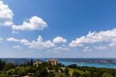 Letecký pohled na klidné krajiny s krásnou architekturou a majestátní příroda v provence, Francie