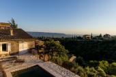 krásnou klidnou krajinu s útulnou tradiční domy a vzdálené hory v provence, Francie