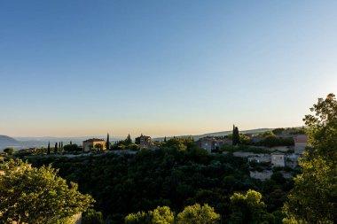 """Картина, постер, плакат, фотообои """"спокойный пейзаж с уютных традиционных домов, зеленая растительность и далекие горы в Провансе, Франция """", артикул 211028608"""