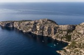 Fotografia vista aerea di scenografiche scogliere e yacht nel porto in Calanques di Marsiglia (Massif des Calanques), Provenza, Francia