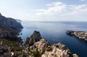 Fotografia paesaggio maestoso con mare calmo e scogliere nella Calanque de Sugiton, Marsiglia, Francia