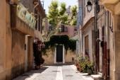 útulné uličky s tradičními domy a kvetoucí květiny v květináčích, provence, Francie
