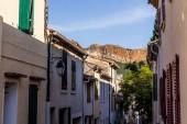 útulné uličky s tradičními domy a vzdálené skalnaté hory v provence, Francie