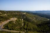 Letecký pohled na klikaté silnici a krásné hory v provence, Francie