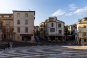 Provence, Franciaország - 2018 június 18: a gyalogosok és az autók utcák és gyönyörű régi építészet tér