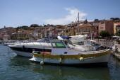 Avignon, Francie - 18. června 2018: luxusní jachty a lodě v přístavu, Avignon, Francie