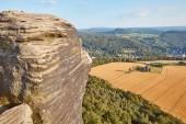 Fotografia splendido paesaggio con vecchio rock e campo a Bad Schandau, Germania