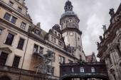 Niedrigen Winkel Blick auf die Altstadt Dresden Kathedrale mit Uhr, Statuen auf dem Dach des Gebäudes in Dresden, Deutschland