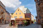 Fotografie Fahrrad auf Straße neben Gebäude bei sonnigem Wetter in Bad Schandau