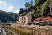 Německo, Bad Schandau - 26 června 2018: řeky Labe, silnice a budovy nedaleko skály