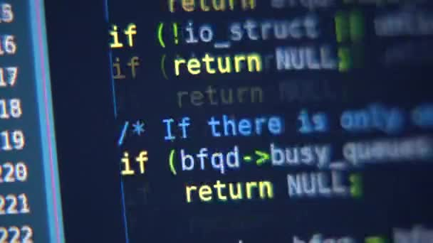 der Programmcode scrollt auf dem Computerbildschirm