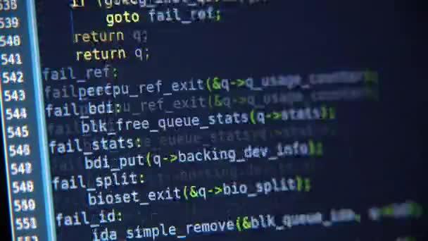 Der Programm-Code scrollt auf dem Computerbildschirm