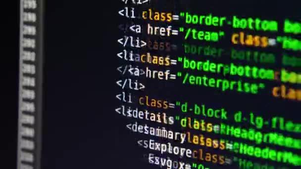 A programszöveg a számítógép képernyőjén mozog. Számítógépes kijelző makrofotózása
