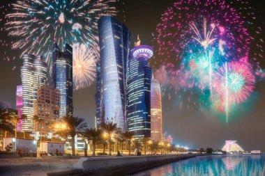 Doha şehir merkezinde park yukarıda güzel havai fişek