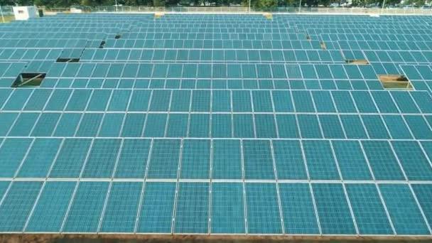 Letecká dron pohled na solární panely solární farmy pro zelenou energii. Solární elektrárny. Obnovitelné zdroje energie elektrárny udržitelné čisté solární energii ze slunce