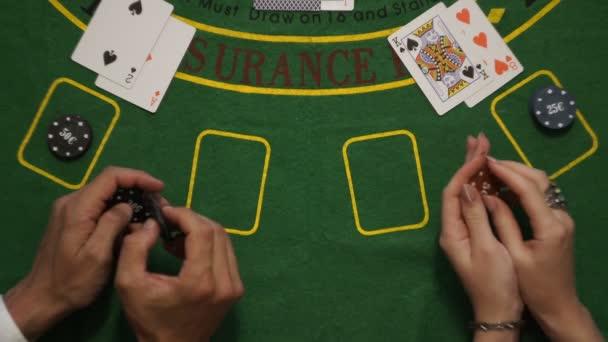 Blackjack, karty sázky žetonů hráče rukou na palubě stůl, udeř mě gesto, pohled shora