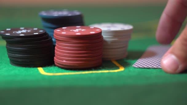 Due assi chiudere fino, Poker carte nella mano del giocatore, delle fiches sul tavolo di Casino