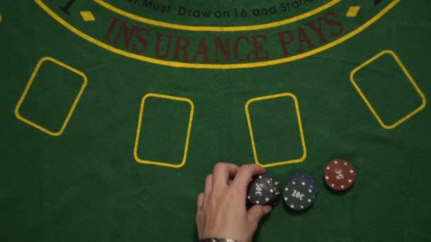 Blackjack hazardní hra, hráč vsadit čipy na palubě stůl, Deale karty, pohled shora
