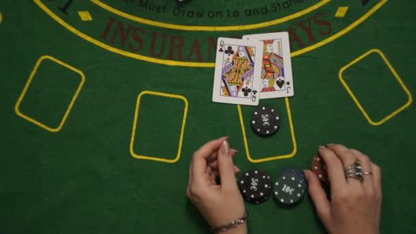 Blackjack hazardní hra, hráč vyhrál, Bet čipy karet zelený balíček tabulka, pohled shora