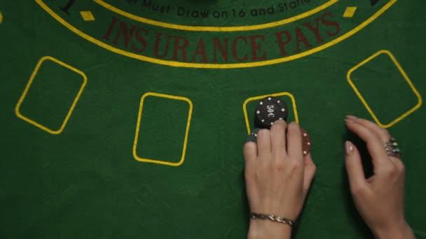 Ztracené, blackjack hráč ruce Bet v čipy karet na pohled shora zelený balíček tabulka