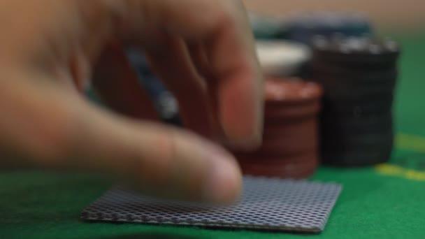Odhalující čtyři esa na Casino zelené tabulky s Poker žetony
