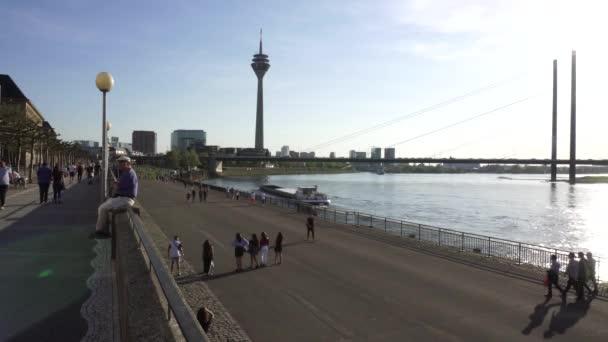 Rheinturm, Rheinufer, Düsseldorf, Deutschland
