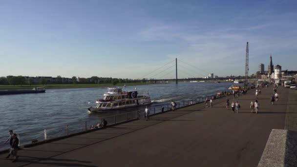 Personenboot Rhein, Düsseldorf, Deutschland
